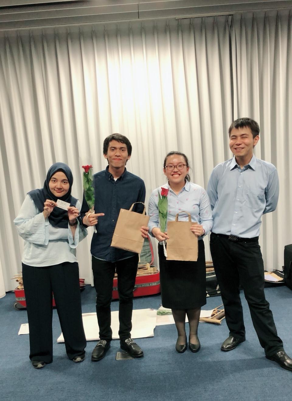Yasser (kedua dari kiri) dan Stephanie (kedua dari kanan) bersama Bung Manager Firly dan Bung Konduktor Justian