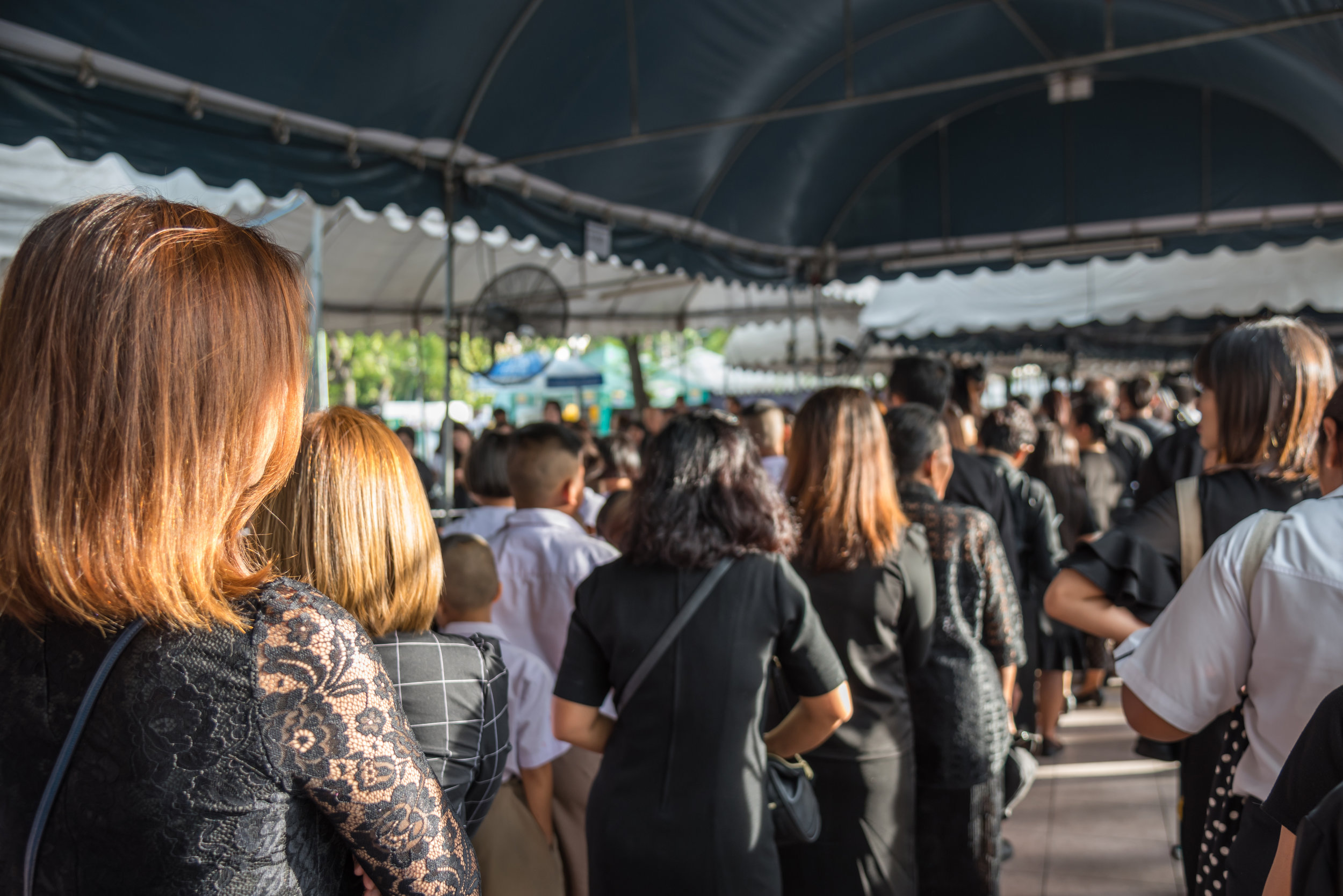 Mourners-wearing-black-color-waiting-in-the-grand-palace-to-pay-tribute-and-respect-to-their-beloved-rama-9-thai-king-bhumibol-adulyadej_HAfRhzrsb.jpg