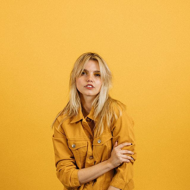 We're loving our new yellow backdrop available in studio! 👩🏼: @kateleannemoore 📸: @brandontaylor23