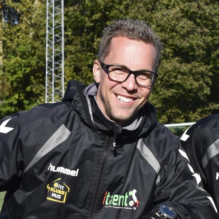 MORTEN BREDESEN FØSKE (35)   Morten hadde avtale med AC Milan om deres Milan junior Camp prosjekt i Norge fra 2006-2013. Han har også arrangert et antall fotballturer og treningsleirer til Italia for aldersbestemte lag.  Morten har også en unik avtale med AS Roma som eneste i europa utenom Italia, å bygge AS Roma akademier.  Morten er barnebarn av tidligere Milan- og Laziospiller Per Bredesen, og har en selv en fortid som spiller i Ørn Horten, Nybergsund, Re og Borre.  Morten er spesialist innen muskelskader, og er utdannet akupunktør og muskelterapeut. Han sørger derfor for at Italent-deltakerne får god oppfølging underveis, og med sin idrettsmedisinske bakgrunn kvalitetssikrer han treningsopplegget for de ulike leirene.  Epost: morten@italent.no Mobil: 970 24 665