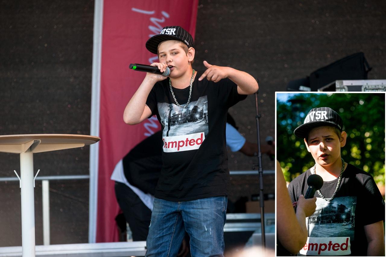 Vivalla 50 År, Kevin står på scen och framför en egen Hip-Hop låt. Foto: Johan Gullberg, Knytpunkt Örebro