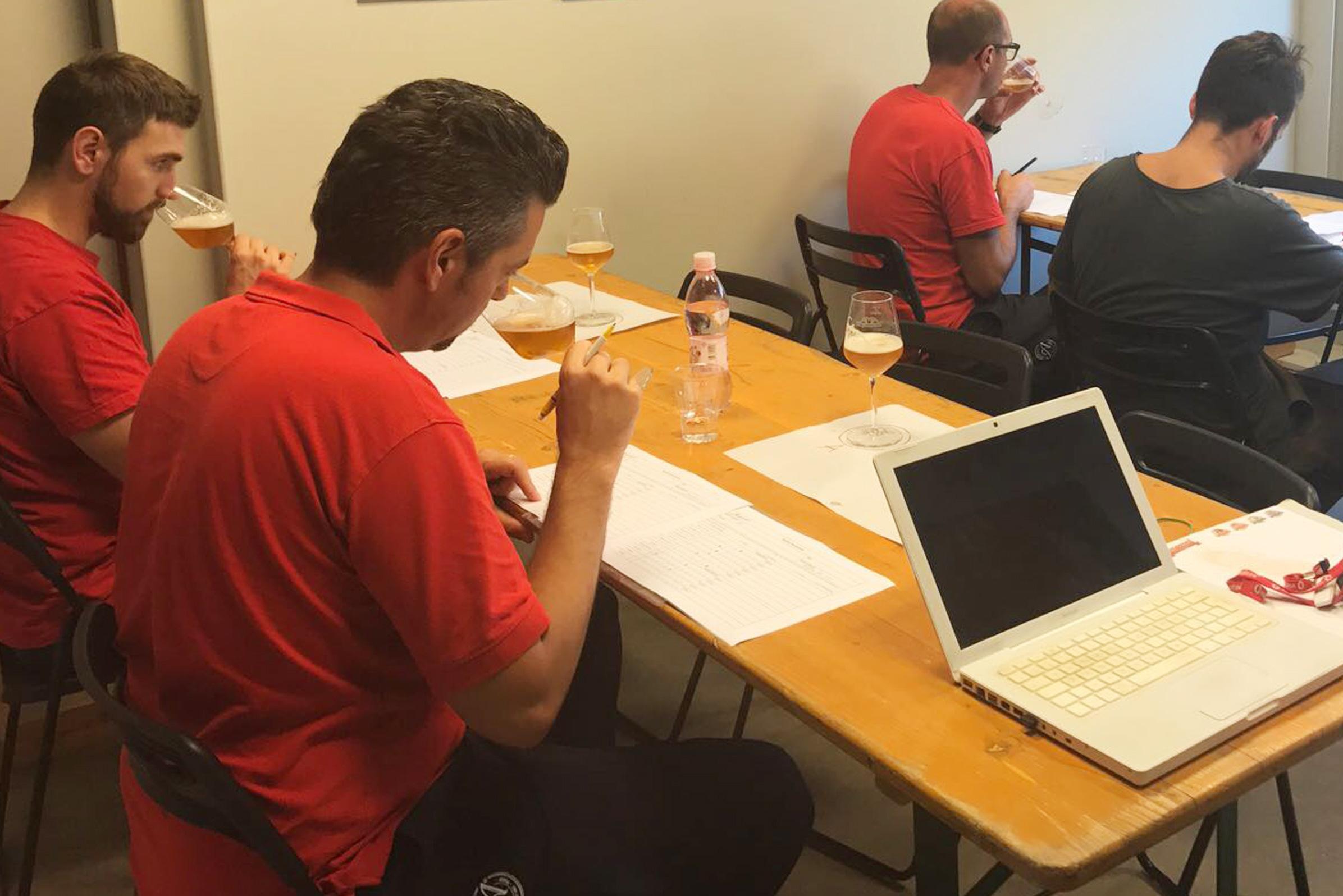 BLIND TEST - Le birre AMA sono passate continuamente al vaglio di un panel di esperti, tecnici e biersommlier, che attraverso dei blind test verificano che il prodotto risponda sempre agli standard qualitativi imposti dal birrificio stesso.