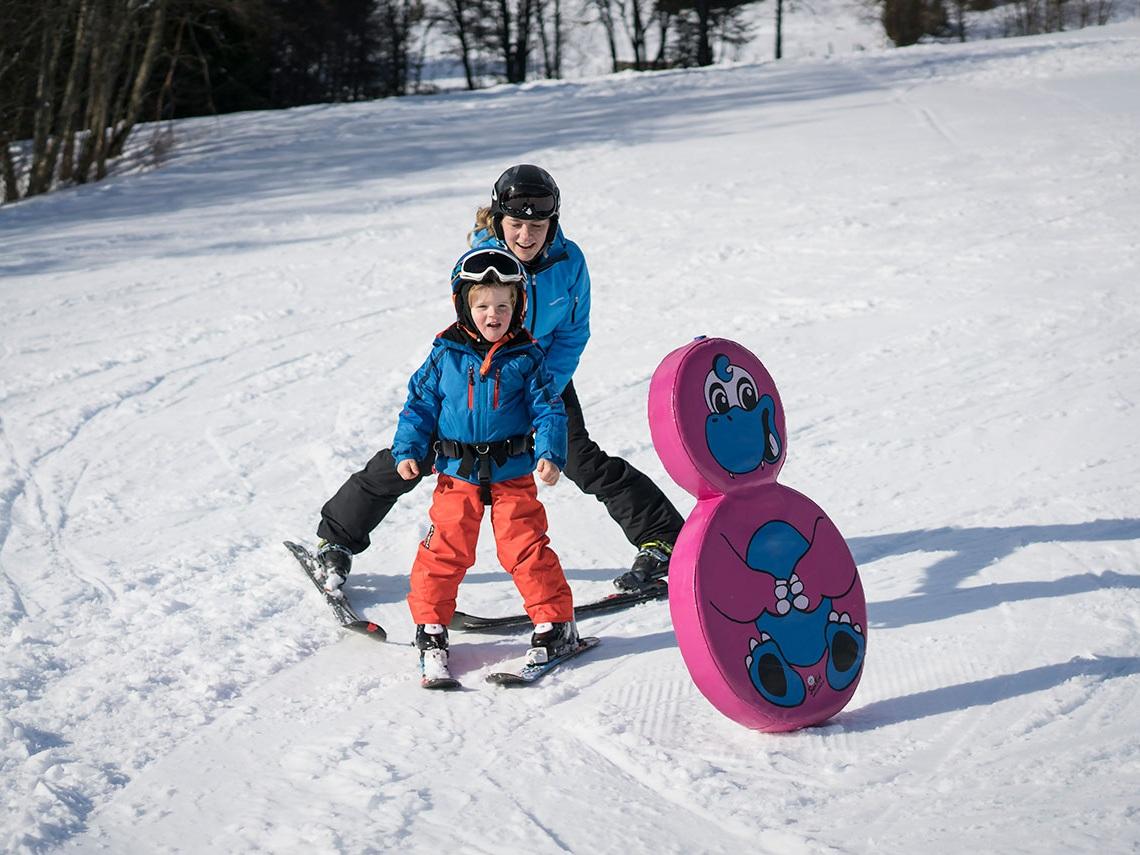 SNØFAMILIE - Sogn skisenter har eit flott og trygt område for aking og skileik. I sesongen 2019/2020 vil du finne fleire artige snøelementer å leike i i bakken.