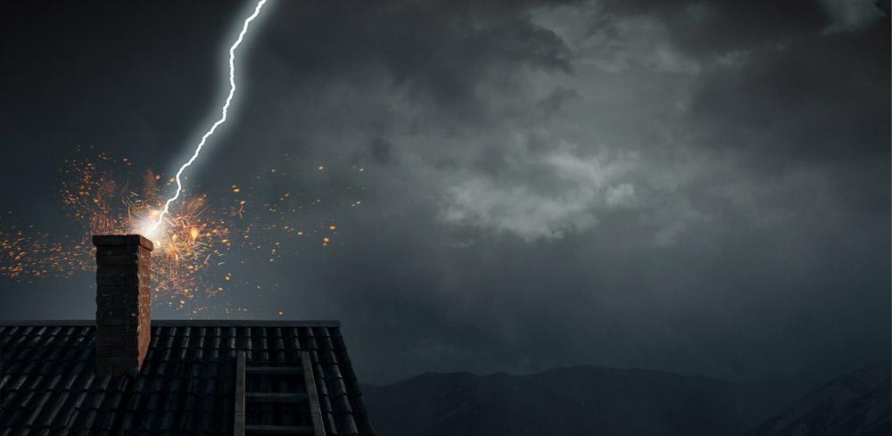 Lightning_hitting_house.jpg