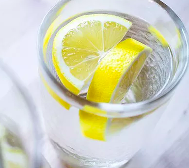 喝檸檬水能幫助肝和腎有效地把體內的毒素和有害物質排出體外,保持肝腎健康皮膚也自然變好,再加上維他命C的抗氧化功效,絕對能使肌膚保持得更年輕,看來更容光喚發。