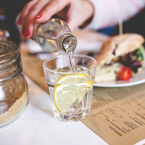 點餐時,考慮點選「檸檬水」幫助消化