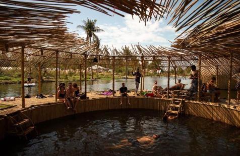 Wonder Garden旁邊有個飄浮於湖中的Bath House, 大家可以在這邊暢泳或休息。 -