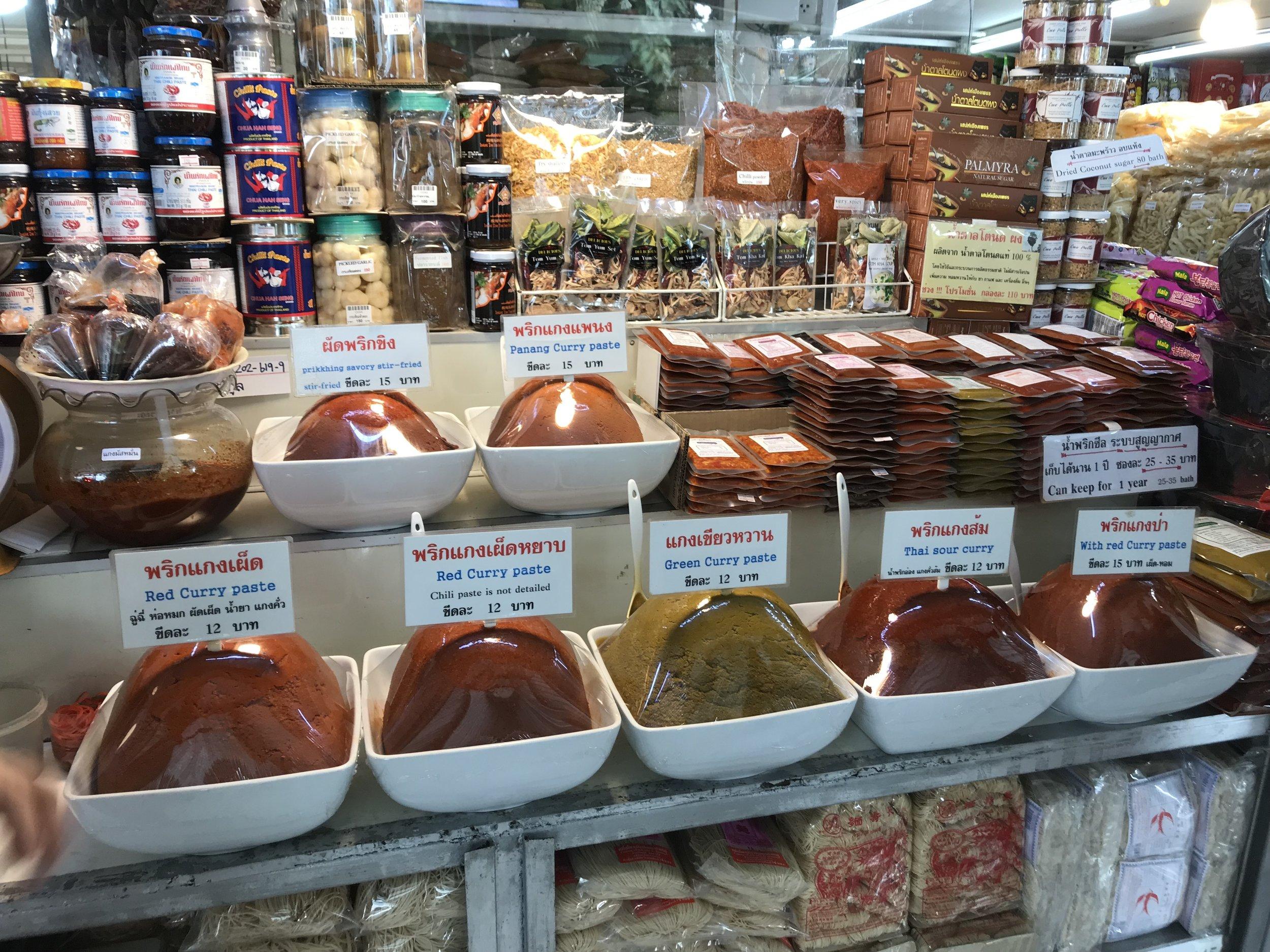 咖哩香料的種類也齊全,旅客可以購買包裝咖喱回家。 -