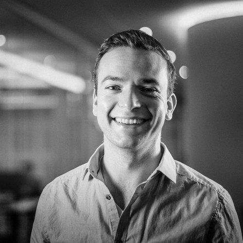 NILS GÖLDNER   Nils ist ein weiteres langjähriges Mitglied des Blackboat Teams. Als Geschäftsführer und Cloud Advisor mit einem technischen Fokus hat er eigentlich immer eine Antwort auf jede Frage parat. Nils ist einer der ersten Cloud-Spezialisten in Deutschland. Er wohnt in Berlin ist aber dank Hangout, Slack und Co. natürlich weltweit erreichbar.