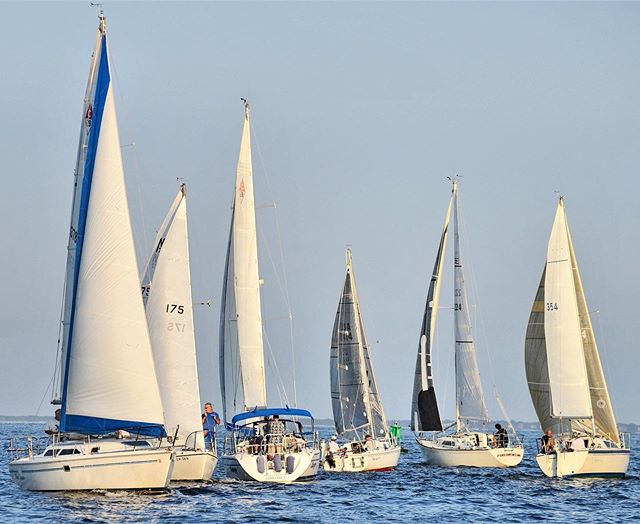 Who has the right of way?  Last night had a great turnout for our Bay Shore Pursuit Invitational #sbccracing #sbccsail #southbaycruisingclub #greatsouthbay #sailgreatsouthbay #longislandsailing #sailgrammers #cruisingoutpost photo by @saltwater365