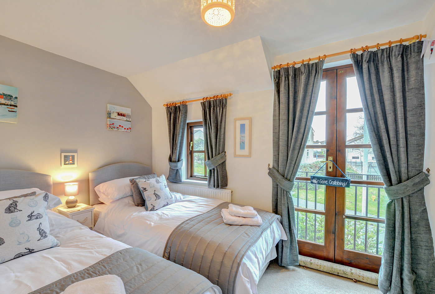 Ship Shape cosy holiday cottage in seaside harbour of Padstow twin bedroom.jpg