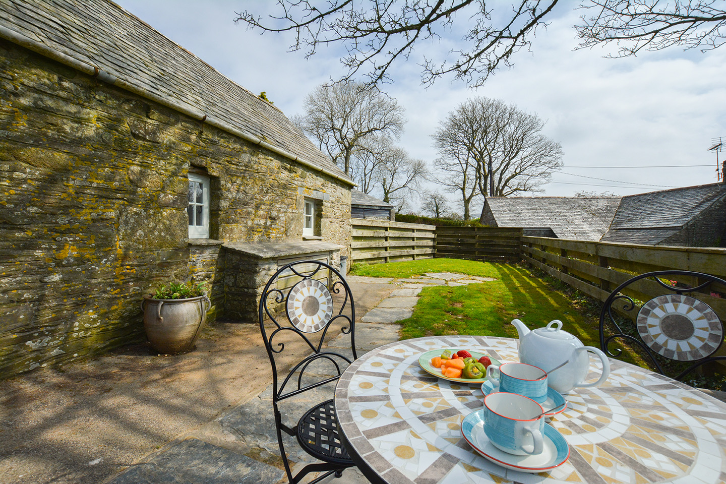 The garden at Jingles luxury self catering holiday cottage at Penrose Burden in North Cornwall near Bodmin Moor03.jpg