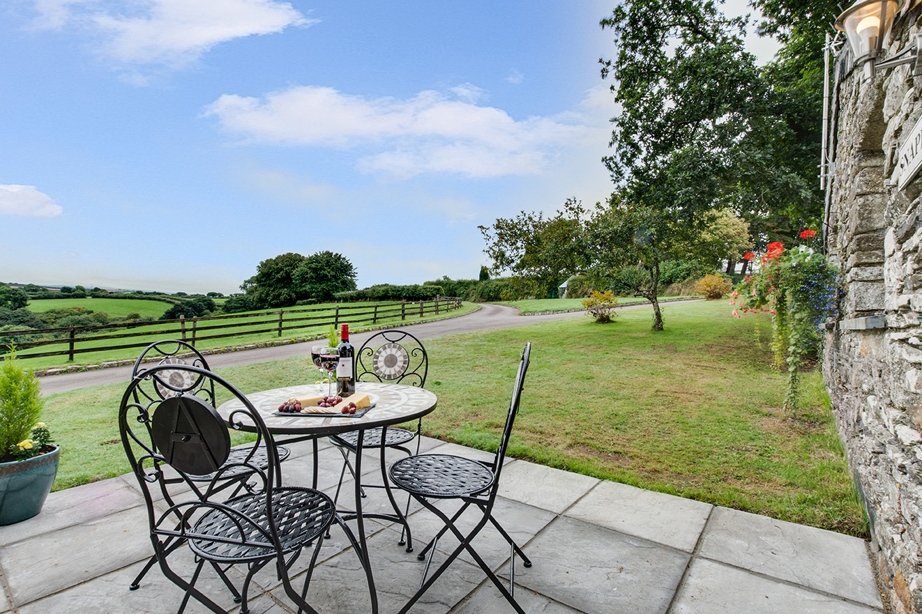 The garden area of Snappers luxury self catering converted barn holiday cottage at Penrose Burden in North Cornwall 01.jpg