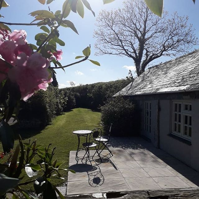 The sun has returned to @penroseburden . Beautiful. . . . #sunafterrain #cornwall #cornishhorizons #spring #selfcateringcottages #holidaycottages #cornishlife