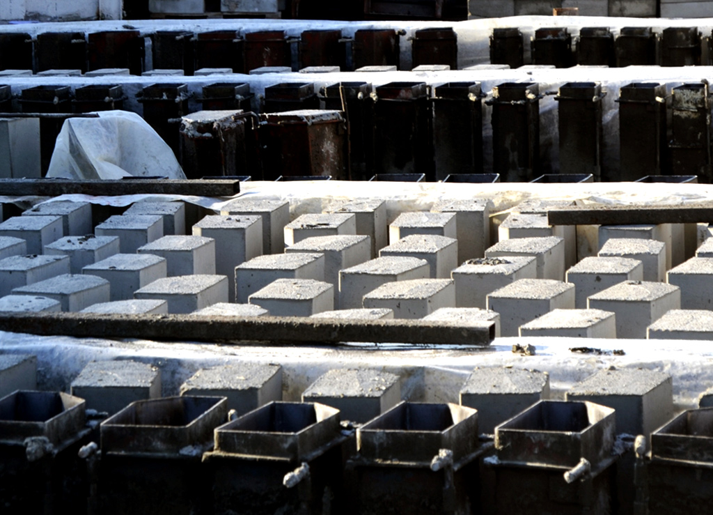 Precast concrete curbs