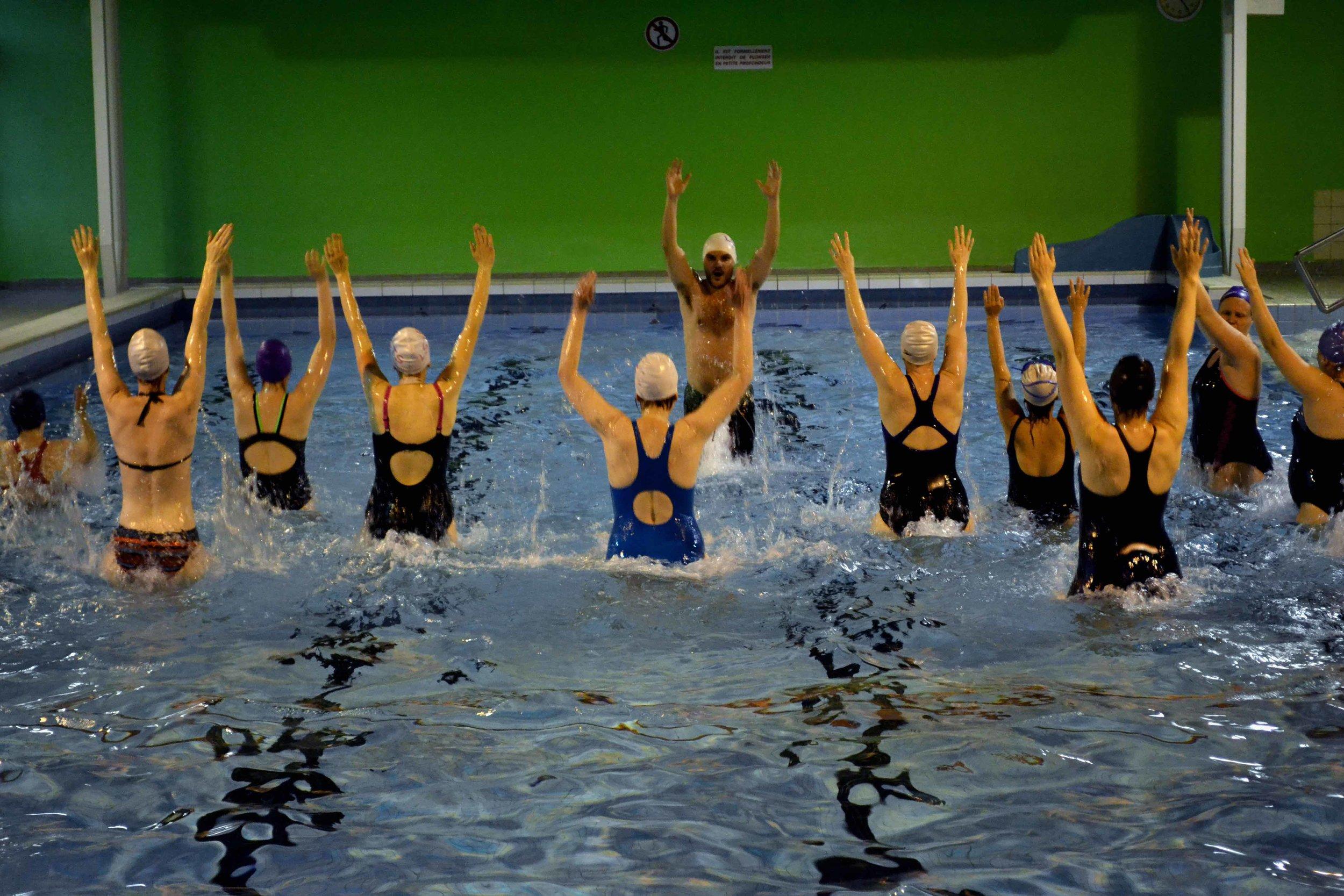 Aquajogging - Vous voulez travailler vos cuisses, vos mollets, vos fessiers, vos bras et vos abdominaux dans une ambiance décontractée et dans la bonne humeur ? Pas de doute, la course dans l'eau est faite pour vous.