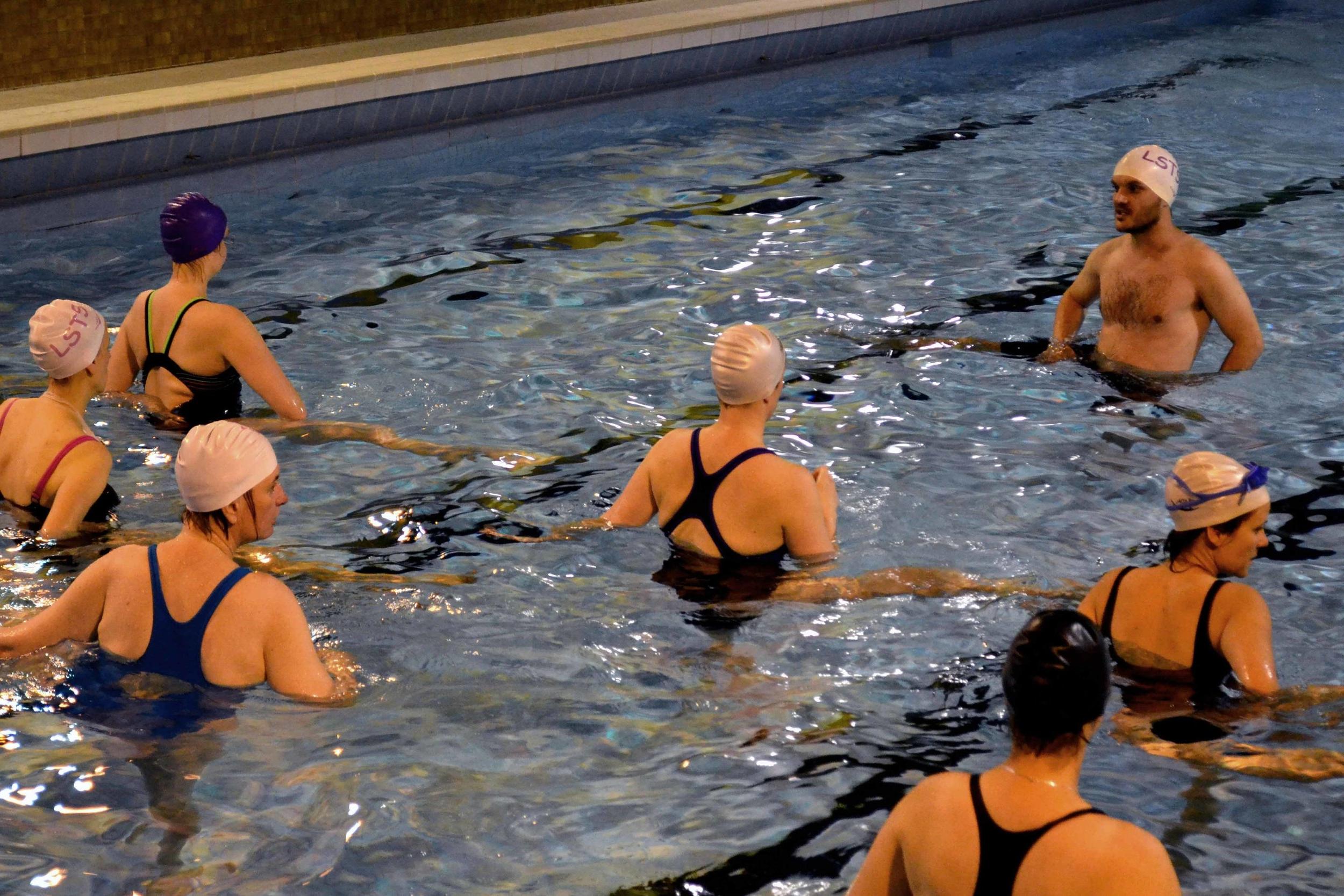 Dans l'eau... - Le cours débute par quinze minutes de cardio. Nous passons ensuite au corps de la séance : course pour affiner les jambes et exercices pour les bras et lesabdominaux. Enfin, nous terminons par un temps de relaxation d'une minute trente suivi d'étirements pendant trois à cinq minutes.À chaque séance, des variantes pour différents exercices vous sont proposées afin de s'adapter aux capacités de chacun.