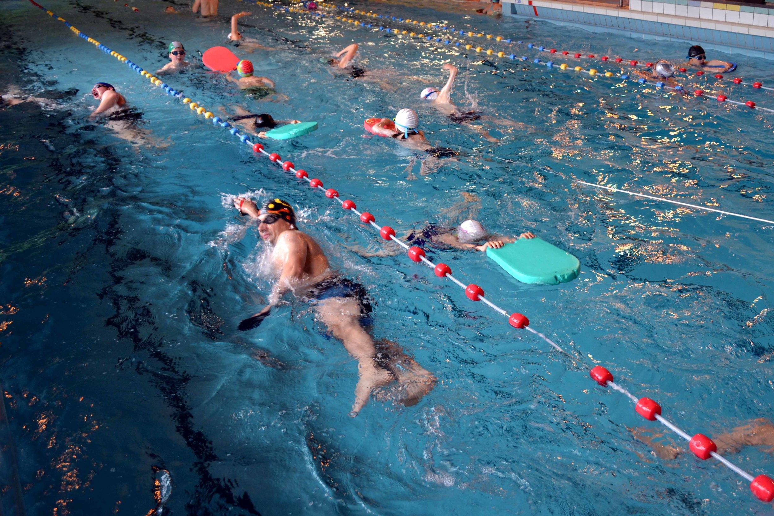 Natation Perfectionnement - La natation est une discipline qui travaille l'ensemble du corps. Elle vous permet de renforcer vos muscles ainsi que d'assouplir vos articulations sans forcer pour autant car nous ne faisons que 10 % de notre poids dans l'eau. Dans le perfectionnement de la natation nous vous proposons deux programmes d'entraînement renouvelés toutes les deux semaines.Vous y trouverez de l'endurance, du mixte, ainsi que de la vitesse. Si vous désirez améliorer votre technique, des moniteurs sont présents afin de corriger vos mouvements dans les quatre nages. Vous êtes également libre de ne pas suivre le programme et de venir faire des longueurs à votre guise.Prix : 180 € l'année (36 semaines + assurance)1 cours : 6 €