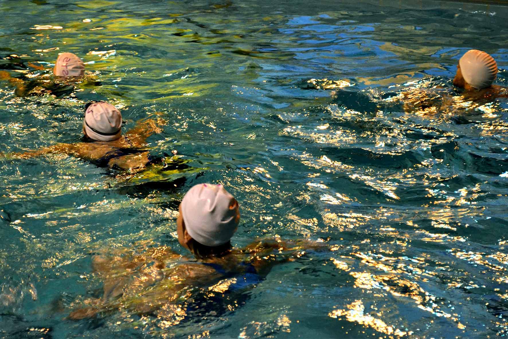 Natation - La natation est une discipline qui travaille sur l'ensemble du corps. Elle vous permet de renforcer vos articulations ainsi que votre masse musculaire sans pour autant forcer. Savez-vous que nous ne faisons que dix pour cent de notre poids dans l'eau ?
