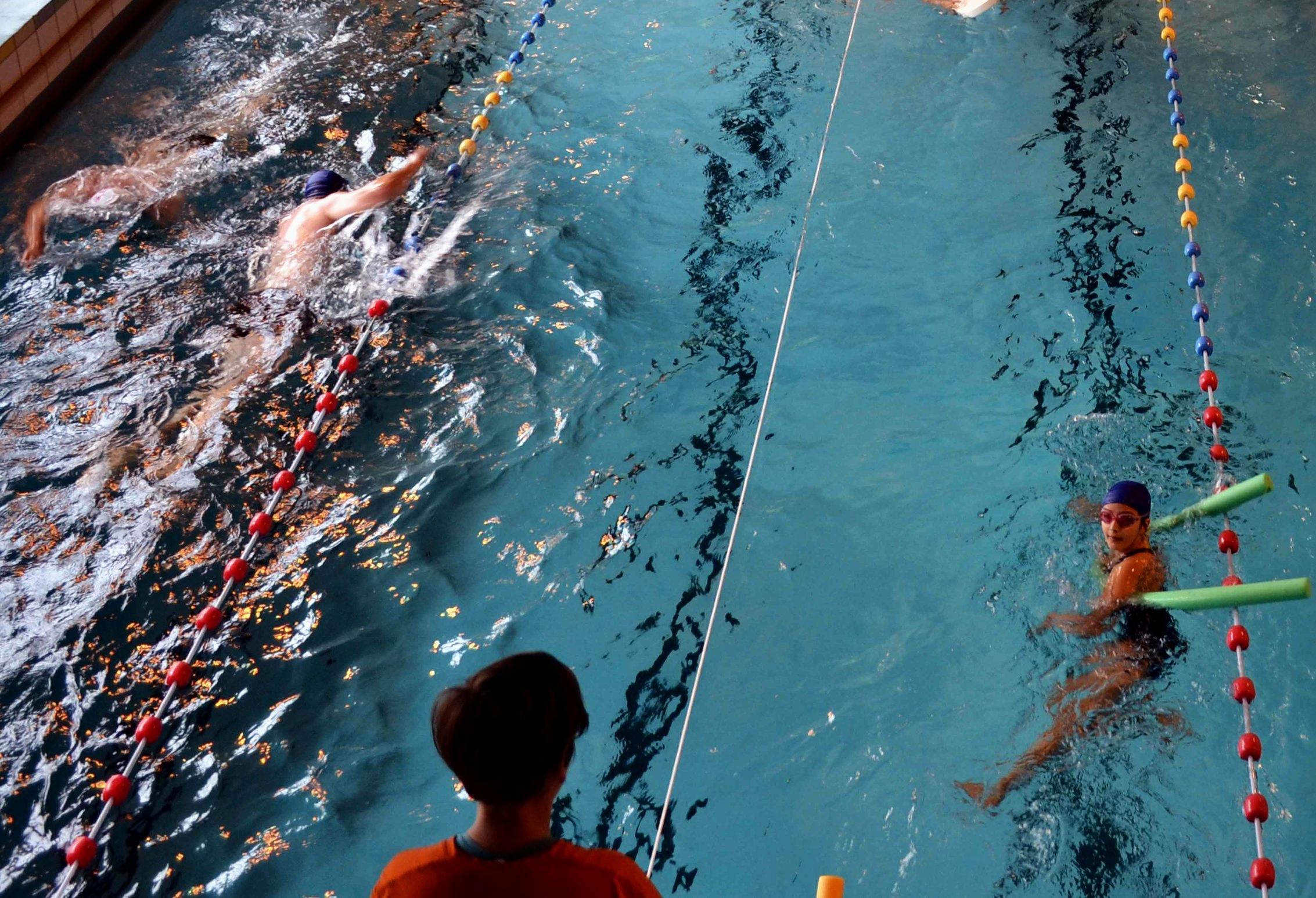 Apprentissage Ados et Adultes - Vous avez peur de l'eau ?Vous voulez apprendre à nager ?C'est possible.Si vous n'avez pas eu l'occasion d'apprendre à nager ou si vous êtes restés sur une mauvaise expérience, nous reprenons tout depuis le début : prise de conscience de la flottaison, immersion, ainsi que respiration. Nous irons ensuite à la rencontre de la technique de la nage progressivement et à votre rythme. Je suis avec vous dans l'eau jusqu'à ce que vous deveniez autonome..Prix : 300 € l'année (36 semaines + assurance)1 cours : 10 €
