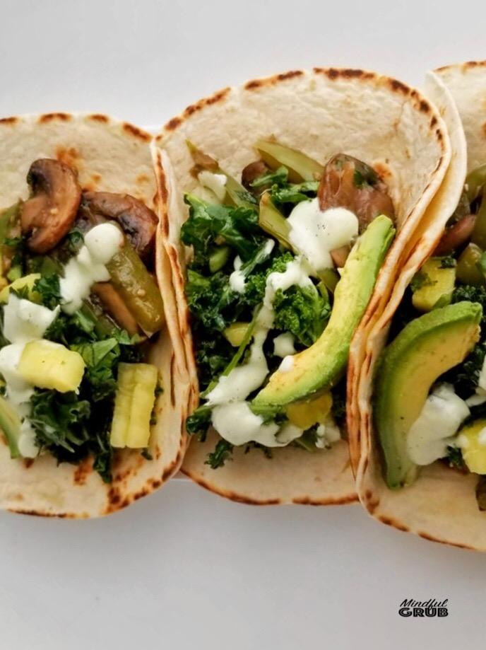 Tacos de setas y chile poblano - Con ensalada de kale, piña y a una exquisita crema de cilantrillo y lima…ñom ñom!