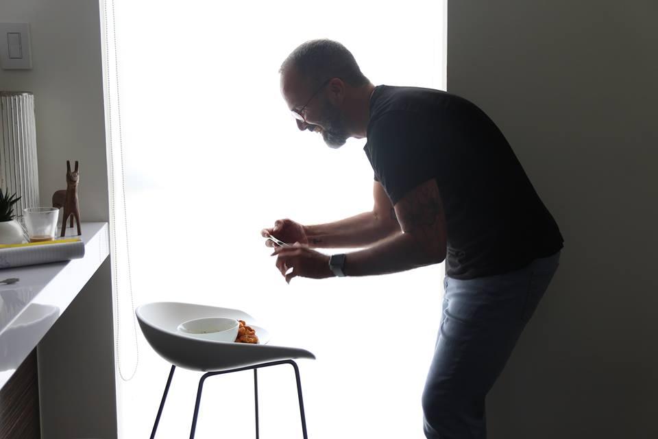 """Richard Pascual - Conoce a Richard...En el 2015, cuando Richard Pascual decide comenzar una dieta vegana, tuvo que valerse por sí mismo en la cocina para poder """"comer bien"""". Sin formación profesional, ni estudios, ni mucha experiencia en la cocina, aprendió a través de recetas colgadas en internet a confeccionar los platos que hoy nos comparte en redes sociales. A raíz de su inexperiencia en la cocina, cada receta que confeccionaba se convertía automáticamente en una obra maestra, un reto superado, algo digno de fotografiar e inmortalizar. Ahí nace Mindful Grub, su espacio en las redes sociales que guarda todos estos 'logros'. Con el tiempo, el propósito de este espacio ha cambiado un poco. Aunque continúa siendo un lugar que muestra sus creaciones, el interés es más por compartir platos que son ejemplo vivo de que comer vegano es sinónimo al buen comer y que cualquiera (aún sin experiencia en la cocina) puede lograrlo. Cuando Richard no está cocinando, seguramente lo encuentras paseando a sus dos perros, Bruno y Mateo, o de pasadía en la playa."""