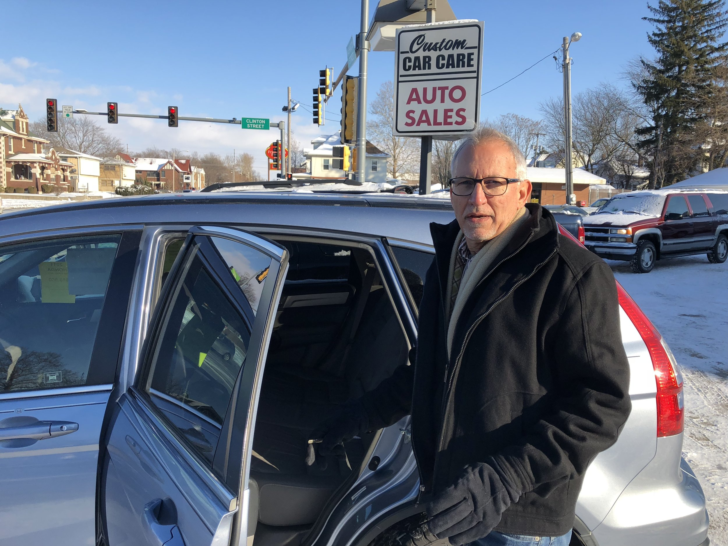 Pete Hettinger shows off a Honda CR-V in the Custom Auto Sales parking lot (Credit: Erik Prenzler)