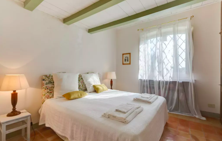 PACKAGE 1 - SHARED ROOM IN MAIN MANSION  Features: Private Room, Private Bath, Air Conditioning, Classic Suite, Queen Size Bed