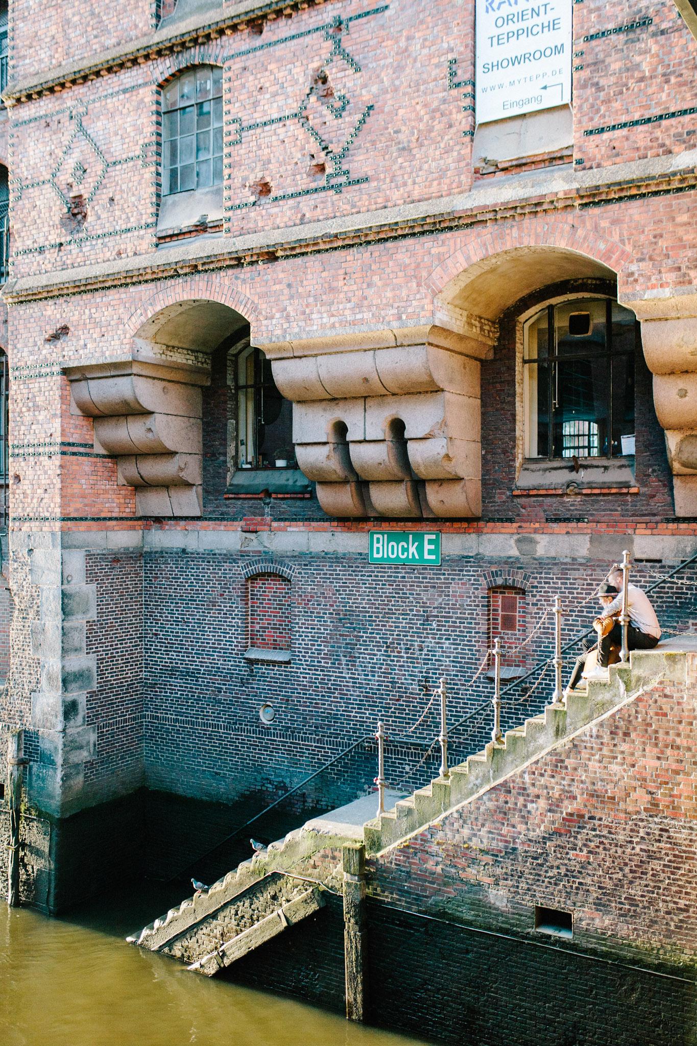 Speicherstadt-Hamburg-Engagement-Pia-Anna-Christian-Wedding-Photography-RJ-27.jpg