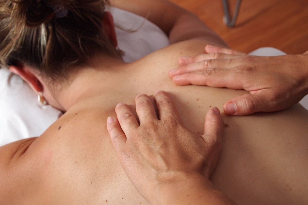 physiotherapy_massage_back-915997.jpg