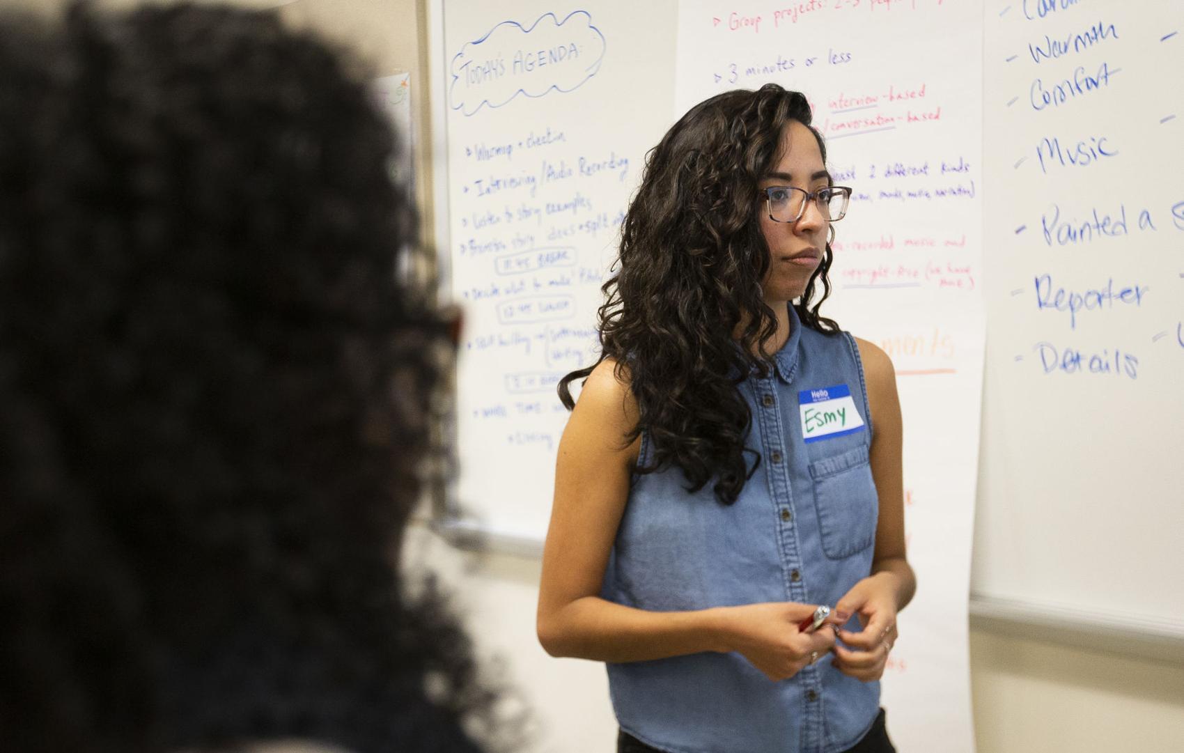 Esmy Jiménez se reúne con otros mentores durante un taller de periodismo radiofónico para jóvenes en YV-Tech en Yakima, el 20 de octubre de 2018.   Evan Abell / El Sol de Yakima