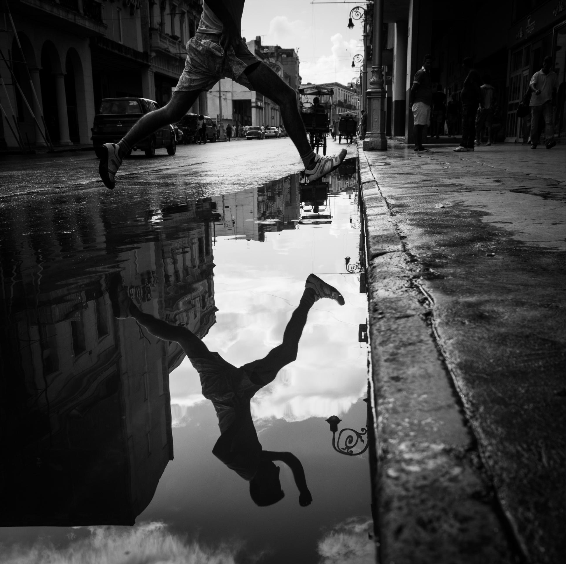 Spiegelungen: Straßenszene in Cuba