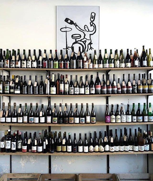 Les vins dégustés au salon vous auront plu, vous souhaiterez en avoir quelques bouteilles à la maison ? Rien de plus simple ! Demandez votre brochure à l'entrée, tous les vignerons et vins présentés, et un bulletin de commande à déposer lors de votre départ. Économisez CHF 5.- par tranche de 100.- d'achat et bénéficiez de la livraison gratuite, partout en Suisse. . You like the wines you've tried at the fair and think of getting some for home? It couldn't get any easier. Ask for your booklet at the entrance, all winemakers and wines will be listed, with an order-form enclosed, to simply fill in and return before you leave. Enjoy CHF 5.- off on every 100.- you spend and benefit from a free delivery anywhere in Switzerland. . . #vinvivant2019 #vinvivantswitzerland #winefair #naturalwine #swisswine #vinsnaturels #vinonaturale #morethanwine #naturalwineapp #slowfoodromandie @naturalwineapp @morethanwine_