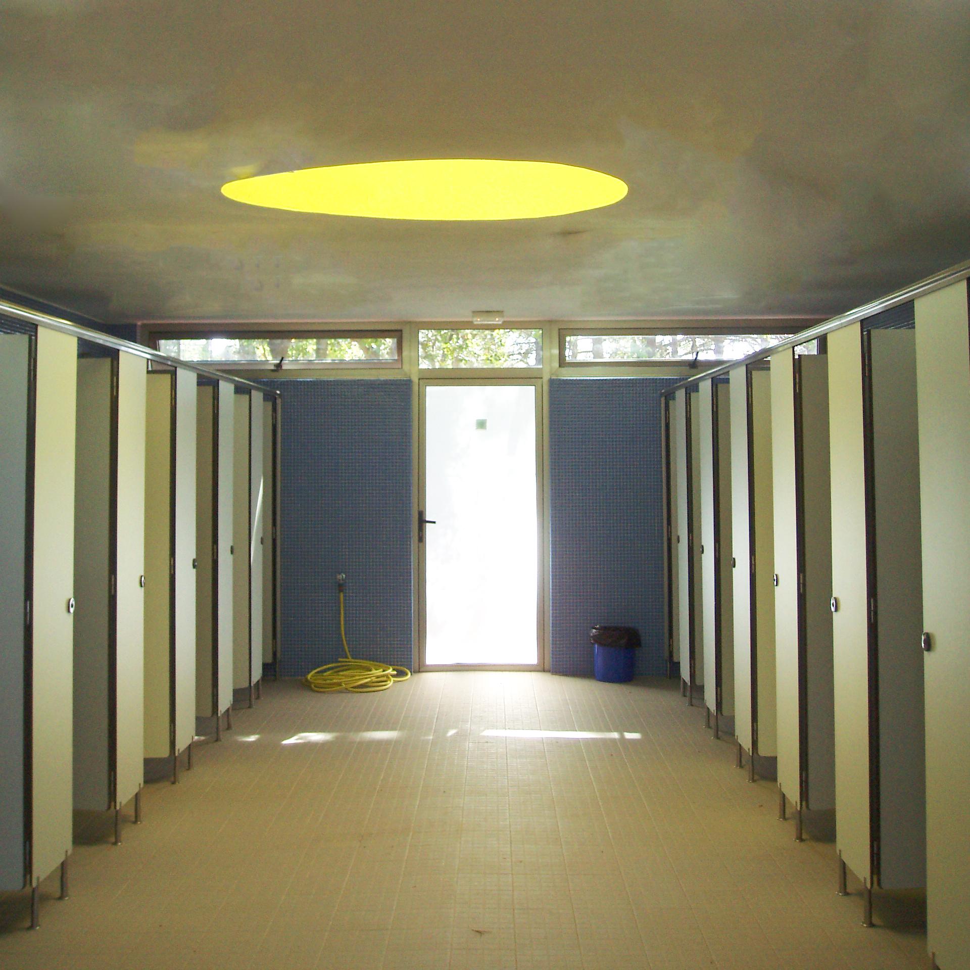 DUCH  AS /  HOT SHOWERS    El Camping Coroso dispone de varios bloques de duchas con agua caliente gratuita para los campistas /  Camping Coroso offers showers with free hot water for campers.