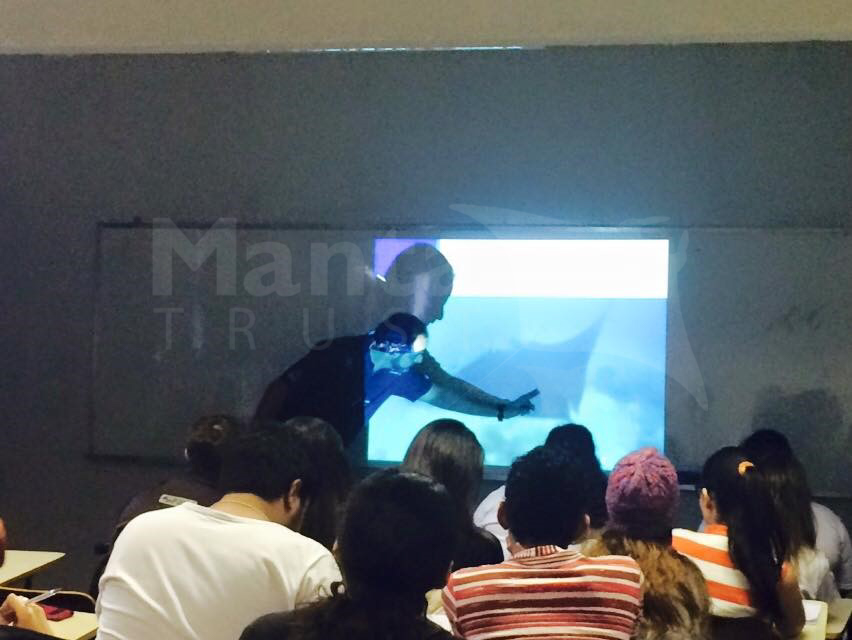 gui kodja giving a talk on oceanic mantas in a Brazilian University.jpg