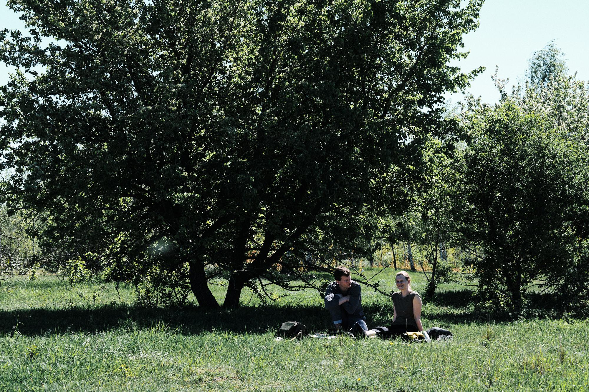 Kerstin Preiwuß mit Konstantin Schönfelder am unmittelbaren Ufer des Cospudener Sees