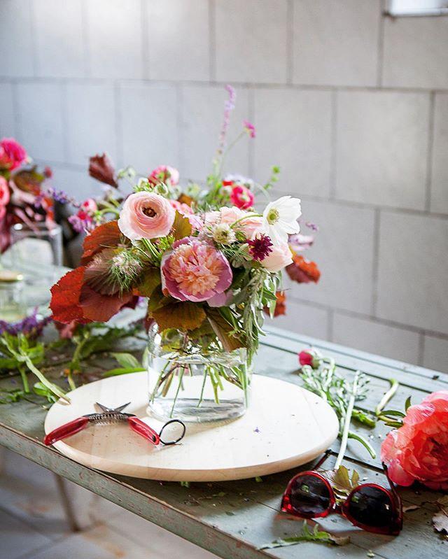 Kleiner Einblick in meinen Arbeitsraum.. das alte Presshaus.  Und wie man an den Blumen sieht ist das Bild schon ein paar Tage (Monate😬) her... Pfingstrosen und Ranunkeln gibts wieder im nächsten Frühjahr.. im Moment haben die Dahlien ihre große Stunde.  #blumenbund #regionaleblumen #saisonal #slowflowers #landwirtschaftinösterreich #ranunkeln #bestefarbkombi #immerzuspätdranmitpostings #arbeitszimmer #werkstatt #usewhatyouhave