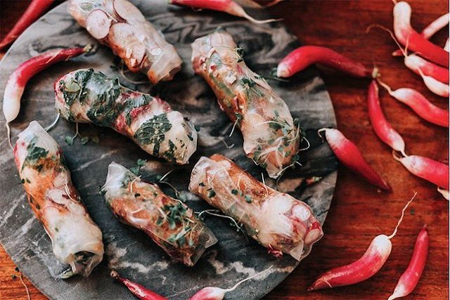 Dreaming of warmer days and craving these beautiful, crunchy spring rolls by @omiomi_kitchen from an event with a team from Airbnb last June. 📸 @kindredweddings