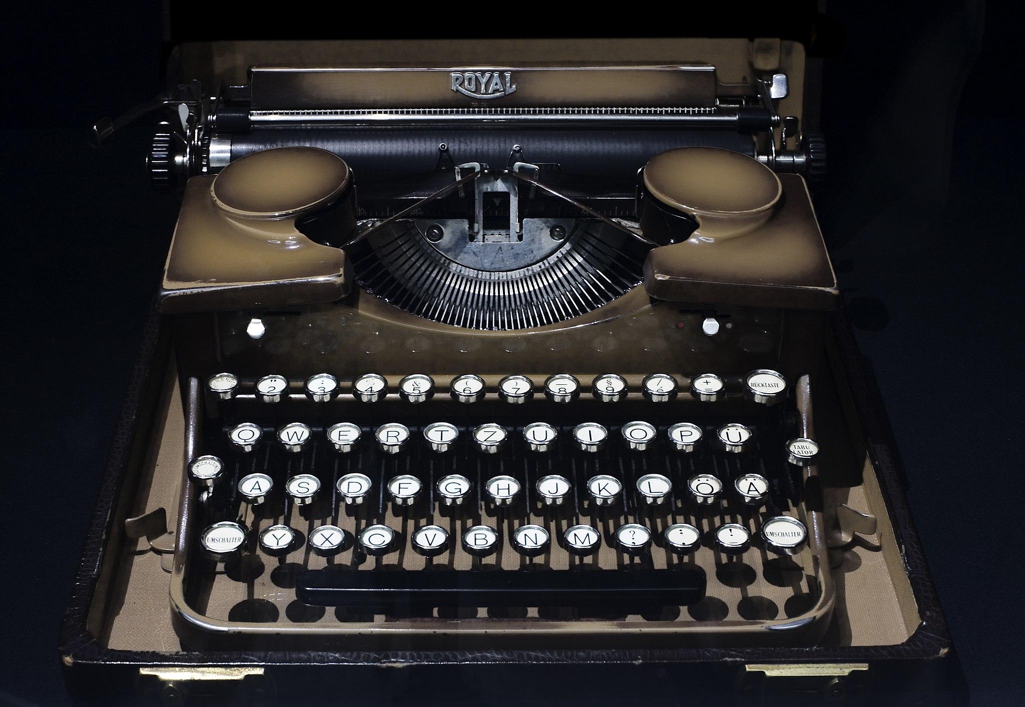 2048px-Berlin-_Royal_mechanic_manual_portable_typewriter_-_3128.jpg