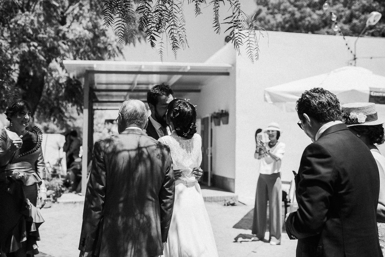 beso novios boda intima sevilla