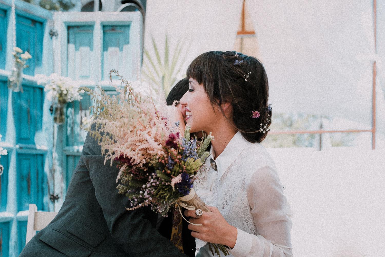 abrazo novios boda diferente sevilla