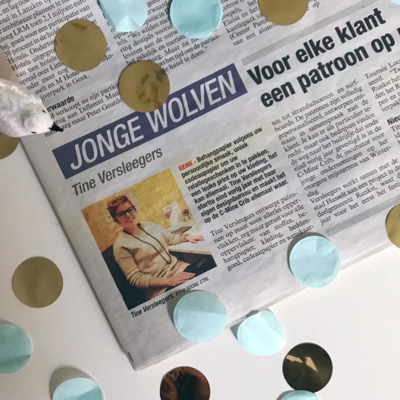 """Artikel over dessinontwerpster Tine Versleegers die patronen op maat maakt vanuit haar studio in de C-Mine Crib. Verschenen in de rubriek """"jonge wolven"""" van Het Belang van Limburg op 6 maart 2018."""