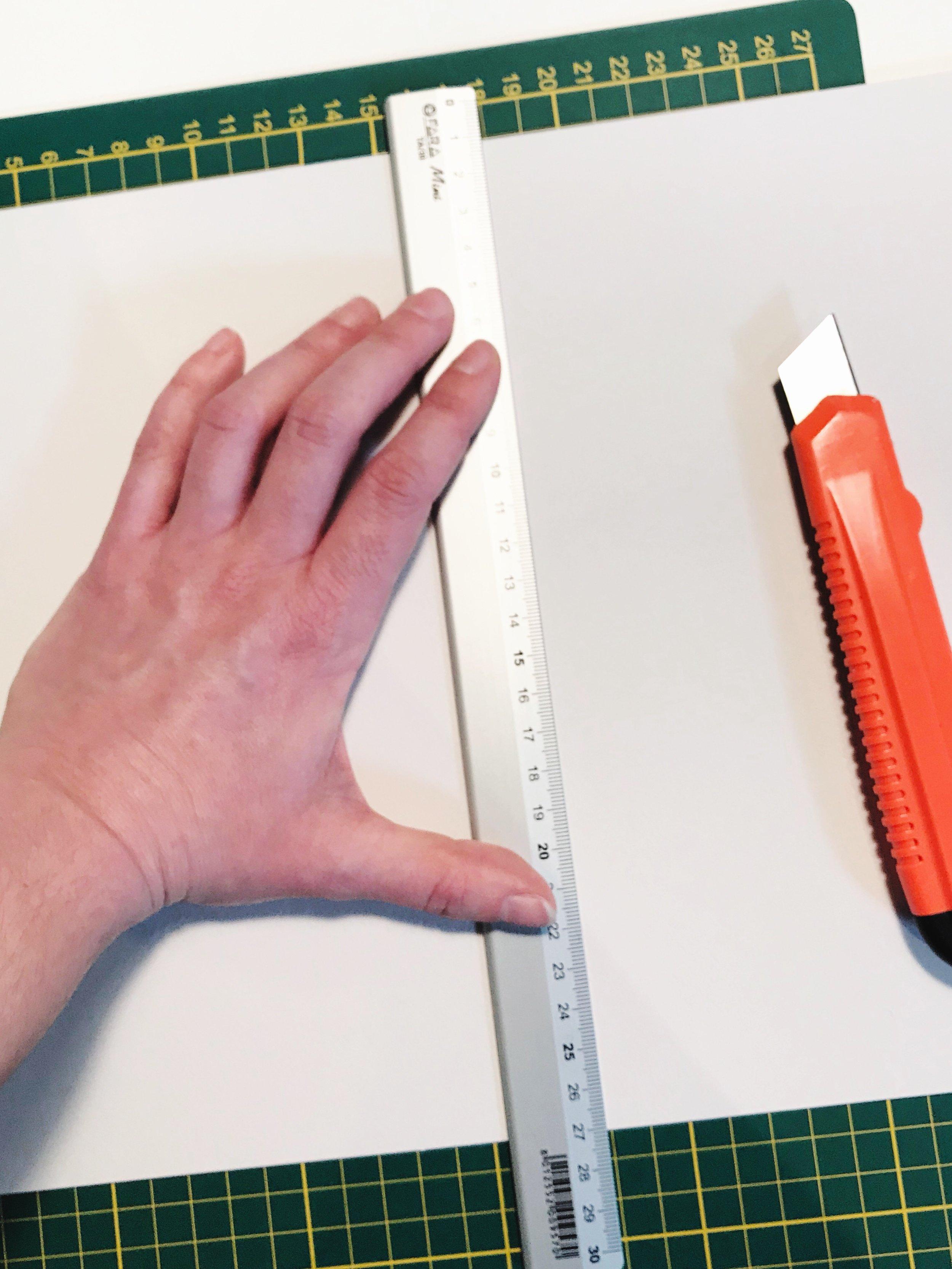 Een rugkarton snijden om de aquarel stevig te verpakken.