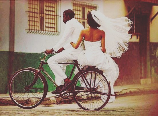 Amor.  Amor para siempre.... 💖 💕 ————💗—————————————————————————-💖 #amor #bicecleta #bike #teamo #cuba #caribbeanbike #love #marriage #wedding #bikelove #simplicity #lovemore