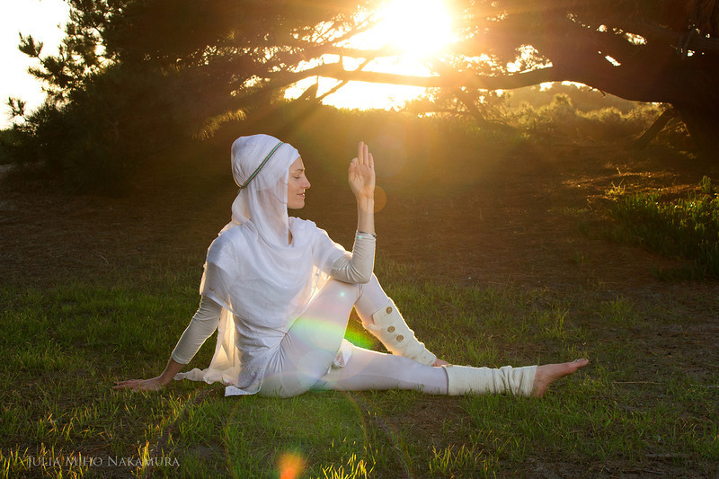 Charanpal+Kaur+-+spine+twist+on+grass+-+photo+by+Julia+Miho+(1).jpg