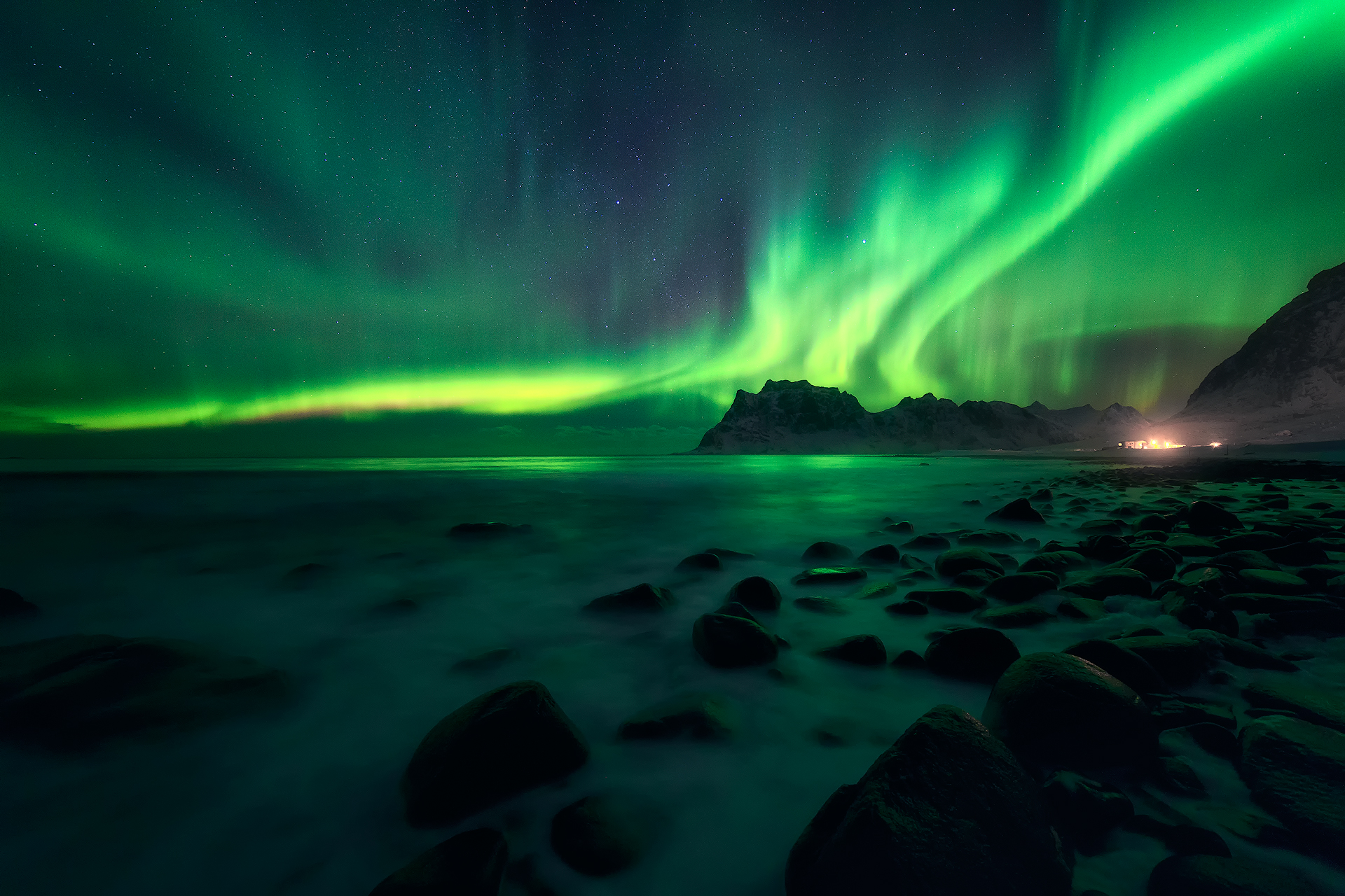 Strong northern lights at Uttakleiv, Lofoten (1 minute later)