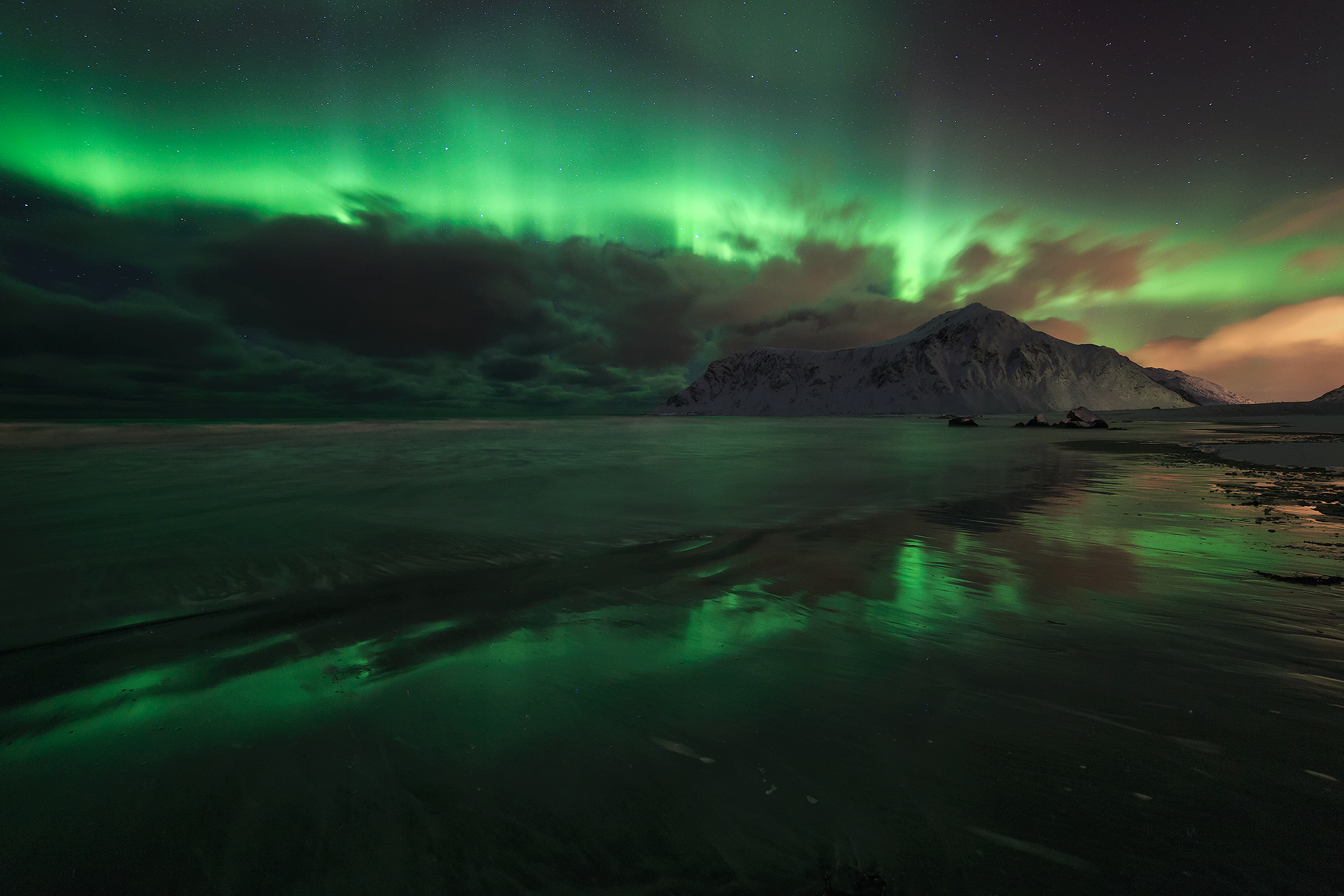 Strong northern lights and clouds -> Doesn't look good.