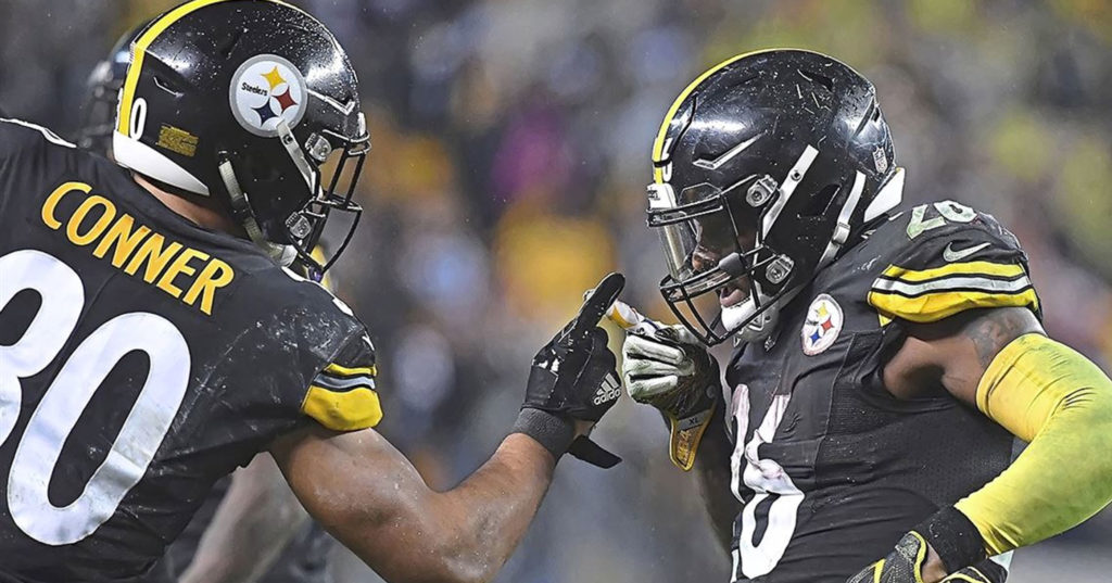 James Conner and Le'Veon Bell celebrate in 2017.