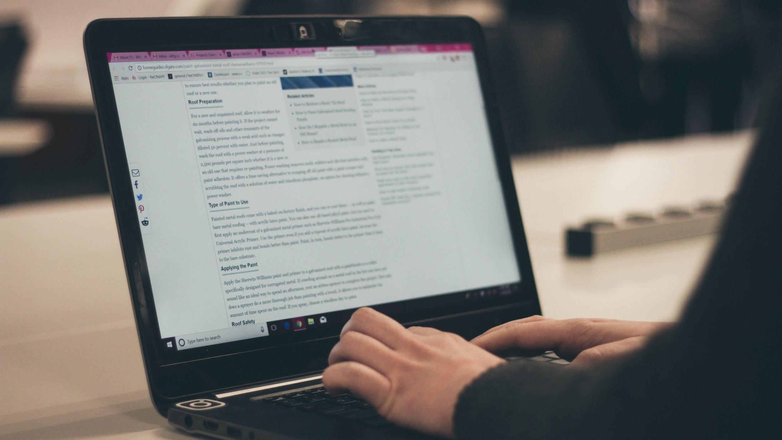 La rédaction de contenu régulier sur votre blog d'entreprise améliore votre référencement naturel. -