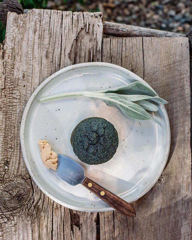 A blue corn muffin collaboration with local heirloom corn growers @taosfamilyfarms #farmtotable #vidyalivingretreats